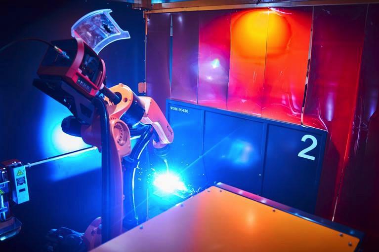 KUKA Robot KR CYBERTECH ARC pracujący na stanowisku spawalniczym